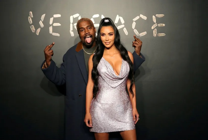 PHOTO DE DOSSIER: Kanye West et Kim Kardashian posent pour une photo avant d'assister à la présentation Versace à New York